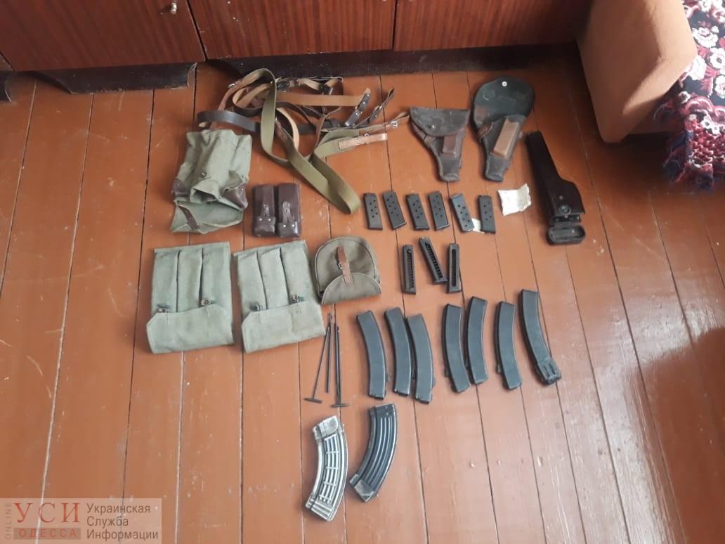 Пулемет, автомат и винтовки: в Беляевке у местного жителя обнаружили арсенал оружия (фото) «фото»
