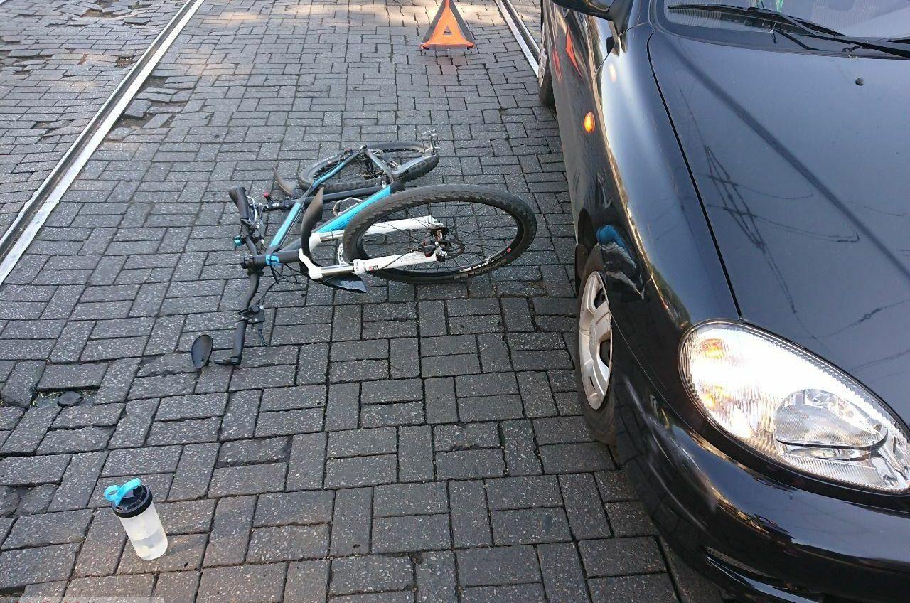 Шлем спас: на Канатной автомобиль сбил велосипедистку (фото) «фото»