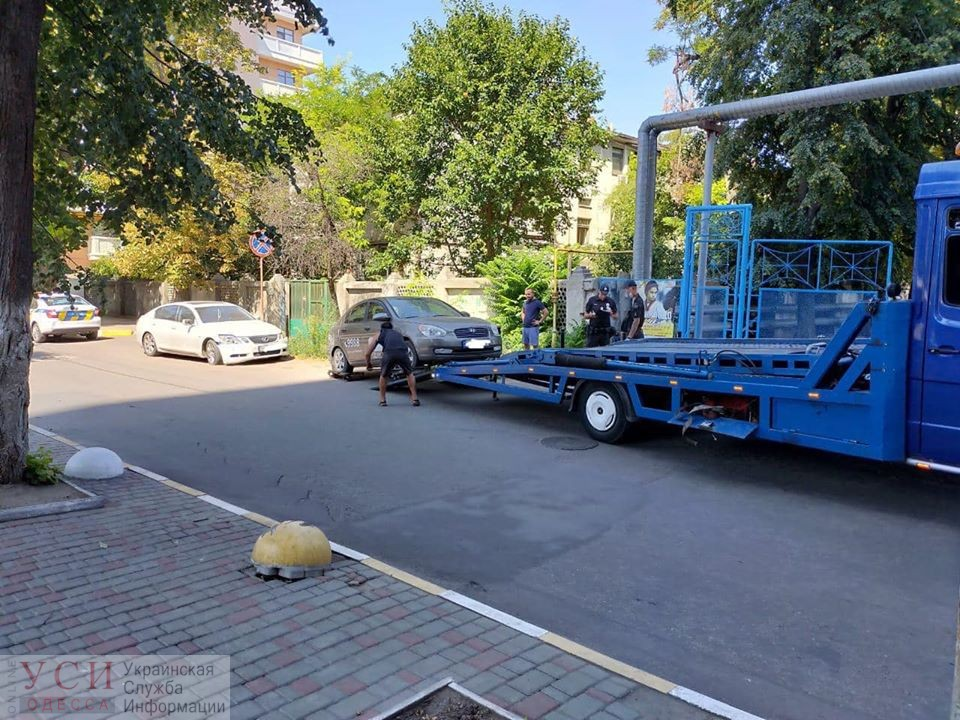 Машины «оленей» эвакуировали в районе Музкомедии (фото) «фото»