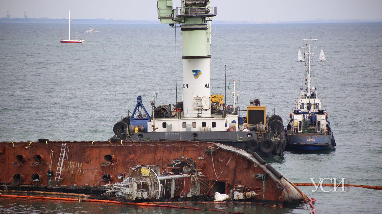 К затонувшему танкеру Delfi подогнали кран и пару буксиров  ОБНОВЛЕНО (фото, видео) «фото»