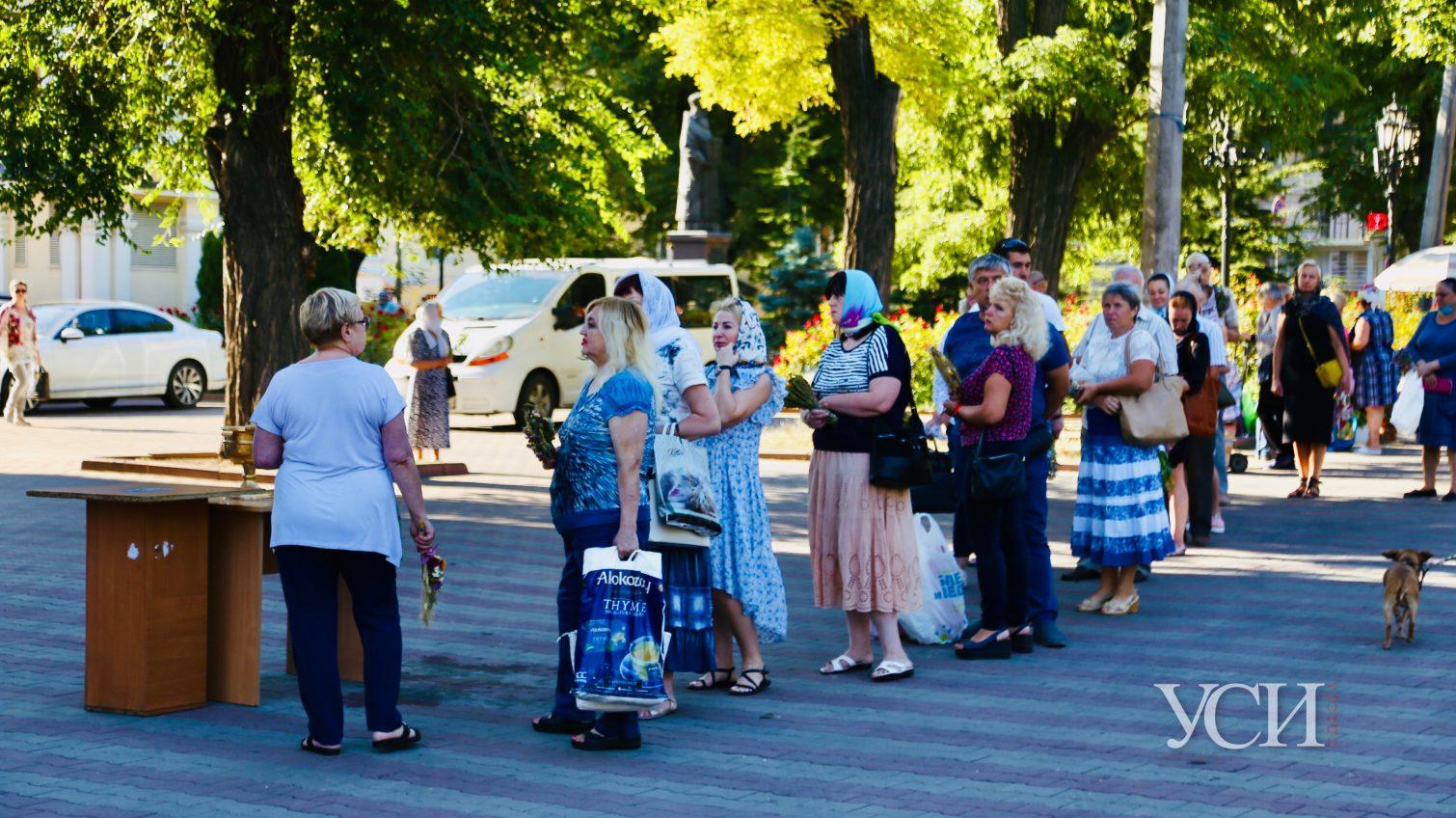Одесские православные празднуют Медовый Спас: без масок и дистанции (фото) «фото»