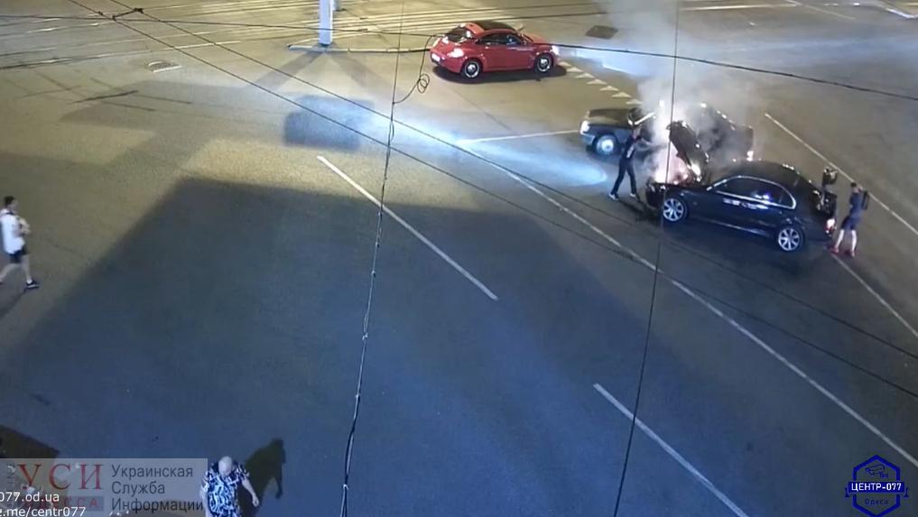 На 5-й Фонтана на ходу загорелось авто: тушили небезразличные автомобилисты (видео) «фото»