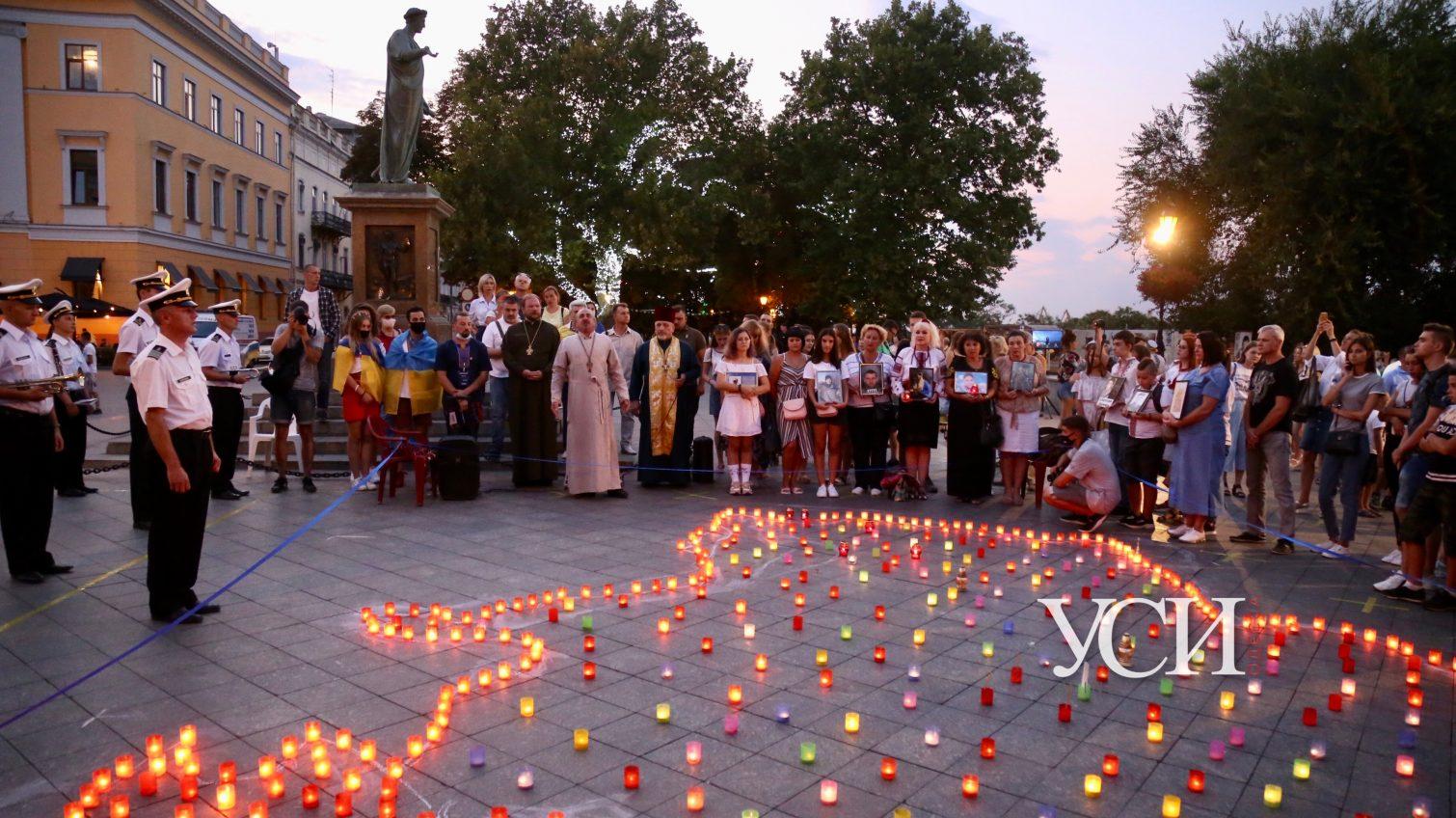 Карта Украины из лампадок: одесситы вышли на Приморский бульвар, чтобы почтить память защитников (фоторепортаж, видео) «фото»