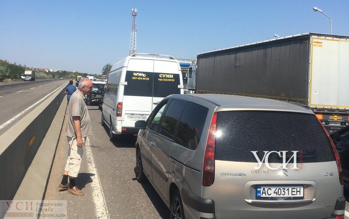 Перед долгими выходными: киевская трасса застыла в огромной пробке (видео) «фото»