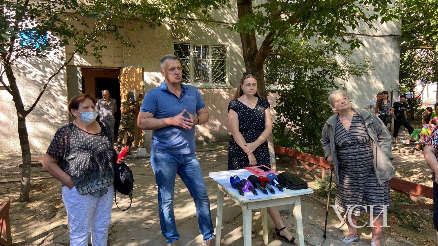 В Одессе переселенцы устроили акцию протеста: они говорят, что их хотят выселить из центра социальной помощи (фото) «фото»