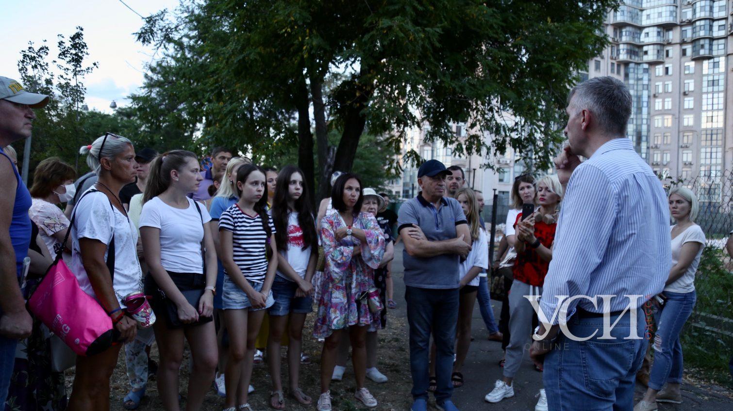 Наши дети будут гулять в бетоне? Одесситы выступили против застройки теннисных кортов в парке Шевченко (фото, видео) «фото»