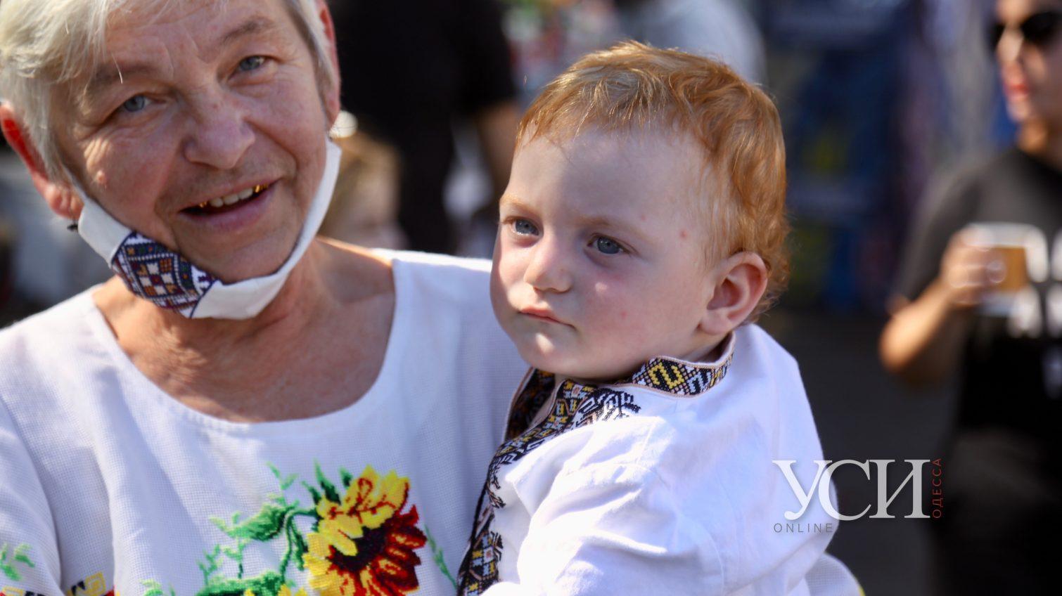 В Одессе начали собирать вышиванковую цепь: уже собрались сотни людей (фоторепортаж, видео) «фото»