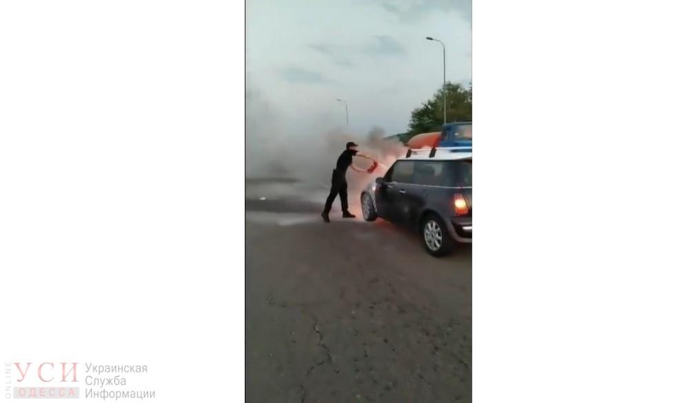 На трассе Одесса-Киев горел автомобиль: взрыва удалось избежать (видео) «фото»