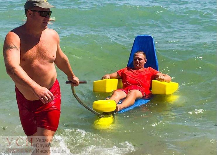 В Черноморске на пляже для людей с инвалидностью появились плавающие коляски для купания (фото) «фото»