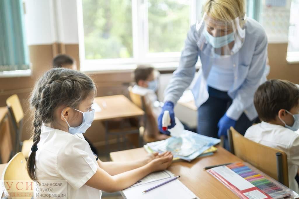 Скрининг температуры и щитки у учителей, младшие ученики – без масок: новые школьные правила от Минздрава «фото»
