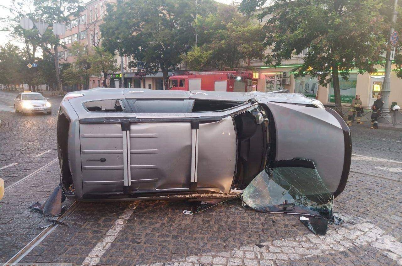 На Тираспольской площади произошло ДТП с переворотом, есть пострадавший «фото»
