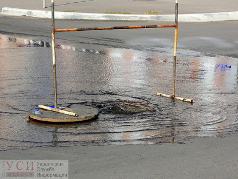 Тяжелый день у водопроводчиков: на Таирова затопило трамвайные пути и прорвало канализацию (видео) «фото»