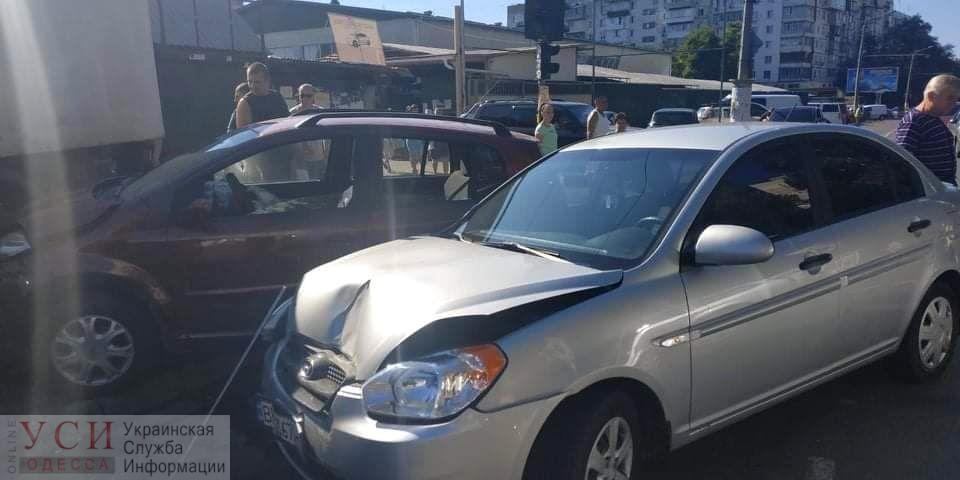 ДТП с тремя машинами произошло на Южном рынке (фото) «фото»