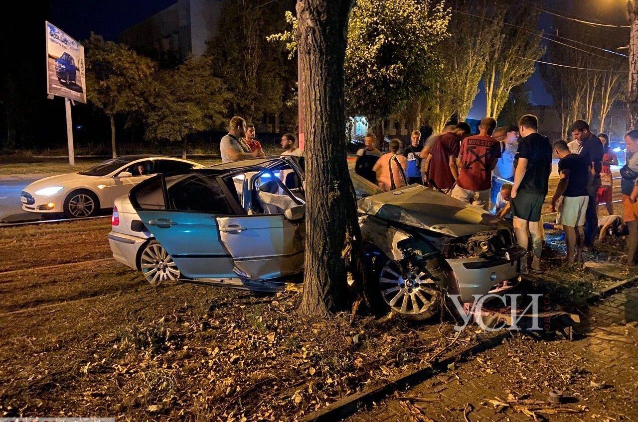 На Пересыпи легковушка врезалась в дерево: троих пострадавших госпитализировали (фото, видео) «фото»