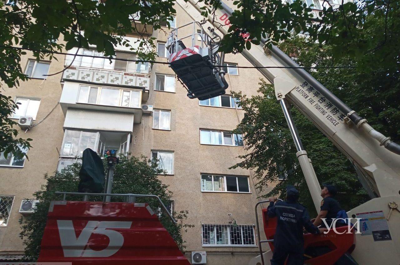 На Таирова горел жилой дом: спасателям стало плохо (фото) ОБНОВЛЕНО «фото»