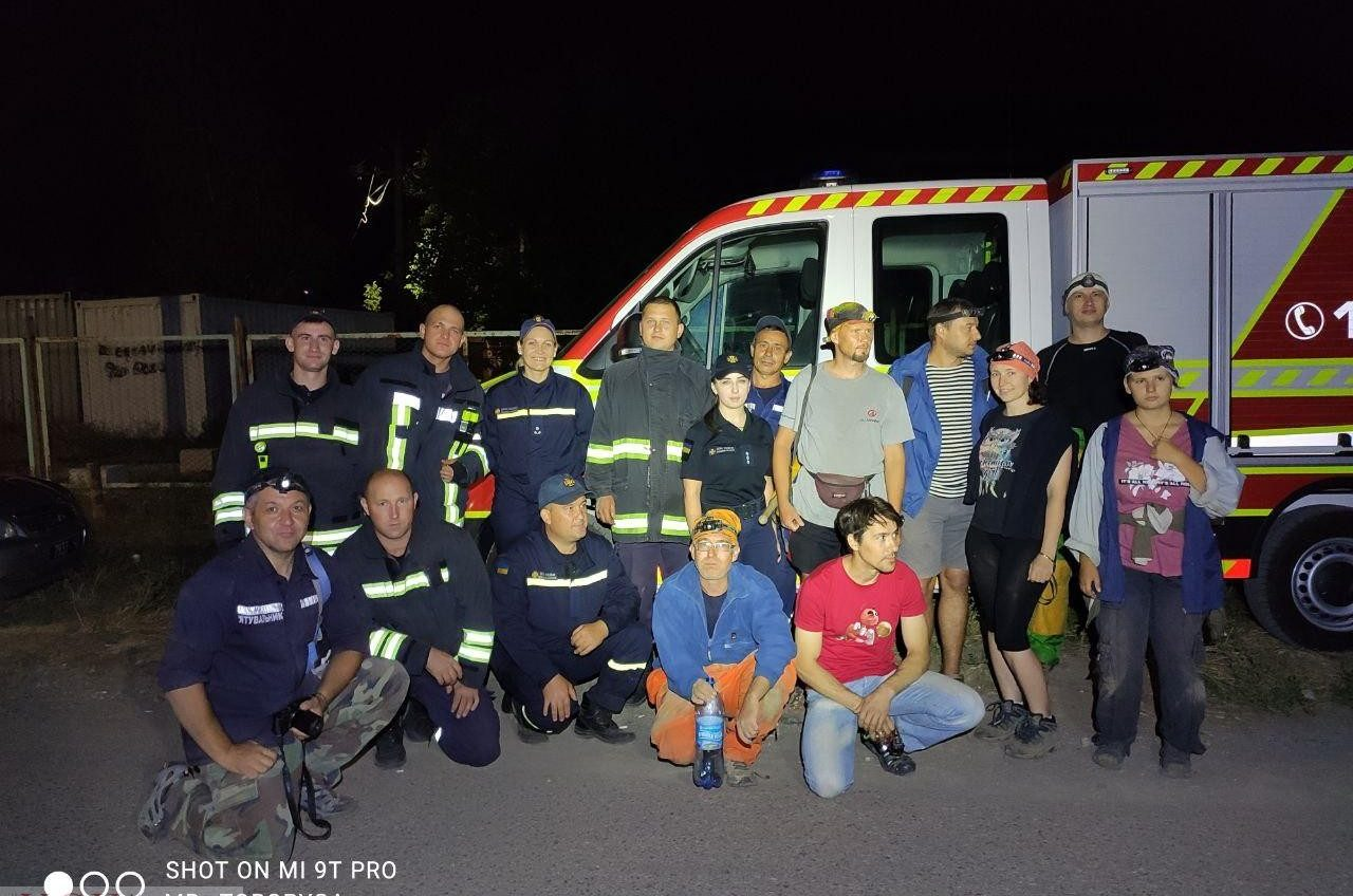 Спасатели нашли двух не слышащих мужчин, потерявшихся в катакомбах Одесской области (фото) «фото»