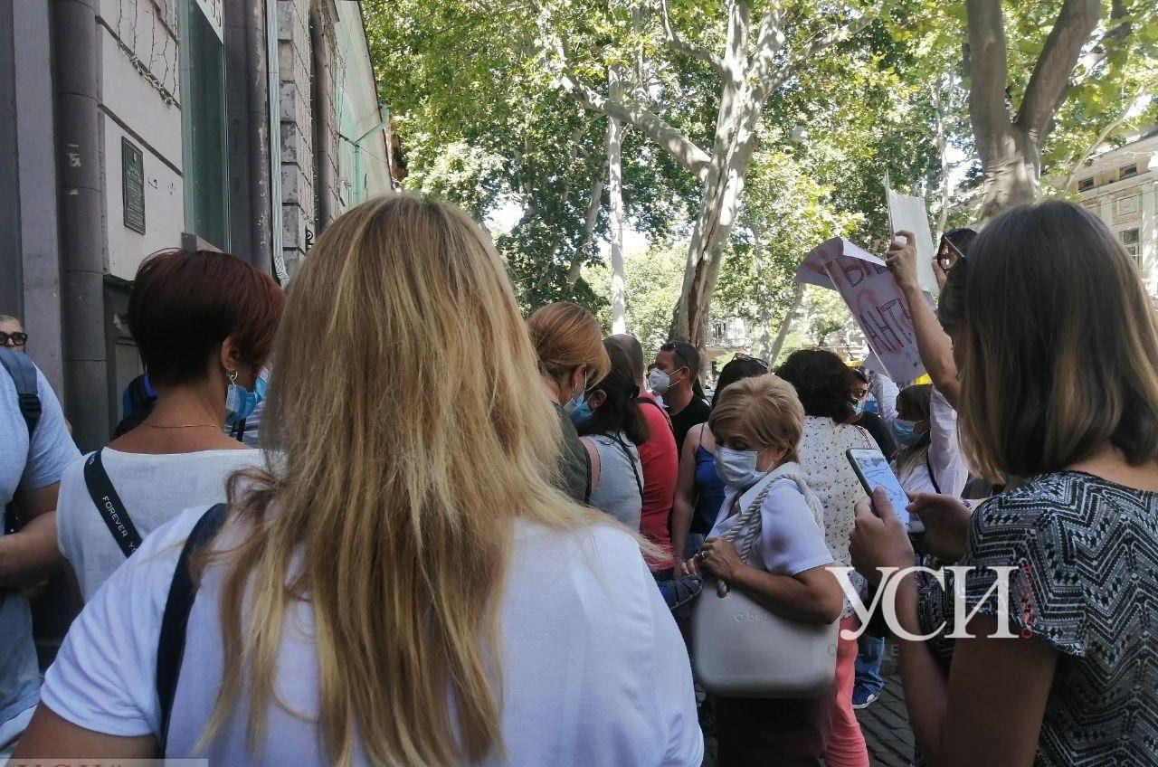 Недовольные жители ЖК «Острова», где был пожар, пикетируют пресс-конференцию застройщика (прямая трансляция, фото) «фото»