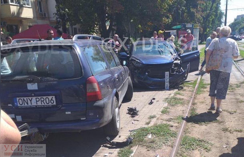 На Петрашевского автомобиль влетел в 17-й трамвай: движение маршрута заблокировано «фото»