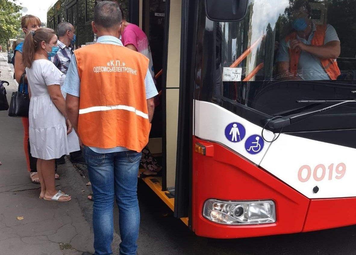 Желтая зона: в одесских трамваях и троллейбусах работают «посадочные команды» (фото) «фото»