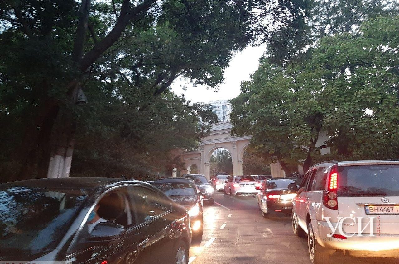 На Ланжероне кошмарные пробки: водители стоят по полчаса, чтобы проехать (фото, видео) «фото»