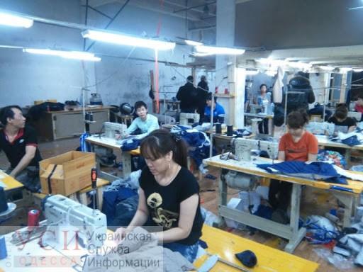 Полиция задержала 25 нелегалов в швейных цехах, у 9 из них оказалась высокая температура «фото»