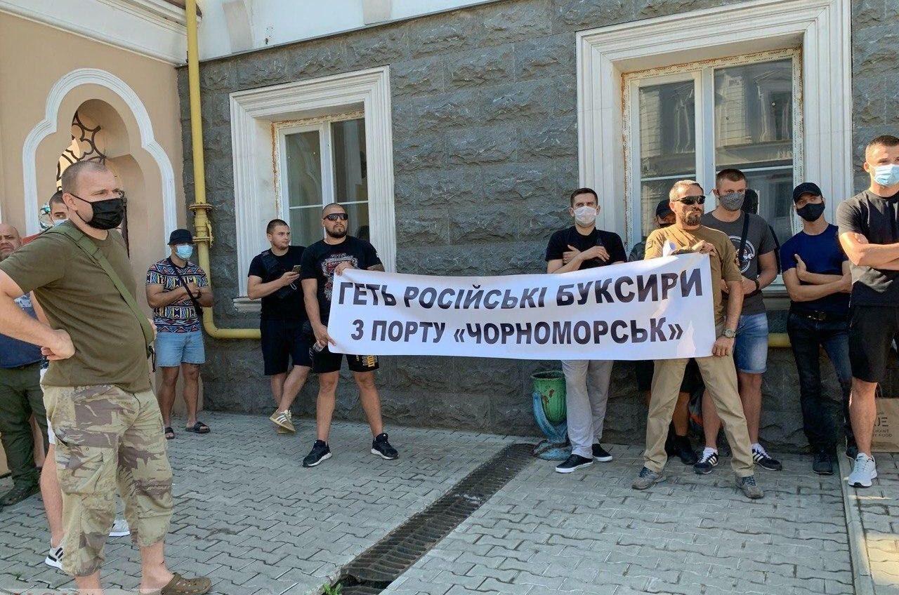 Портовики Черноморска перед АМПУ протестуют против «буксирного рейдерства» с российскими корнями (фото) «фото»