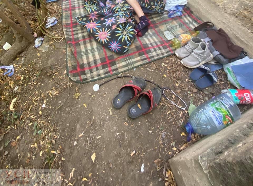 Среди шприцев и мусора: в Одессе 9-летний мальчик жил вместе с родителями в парке «фото»