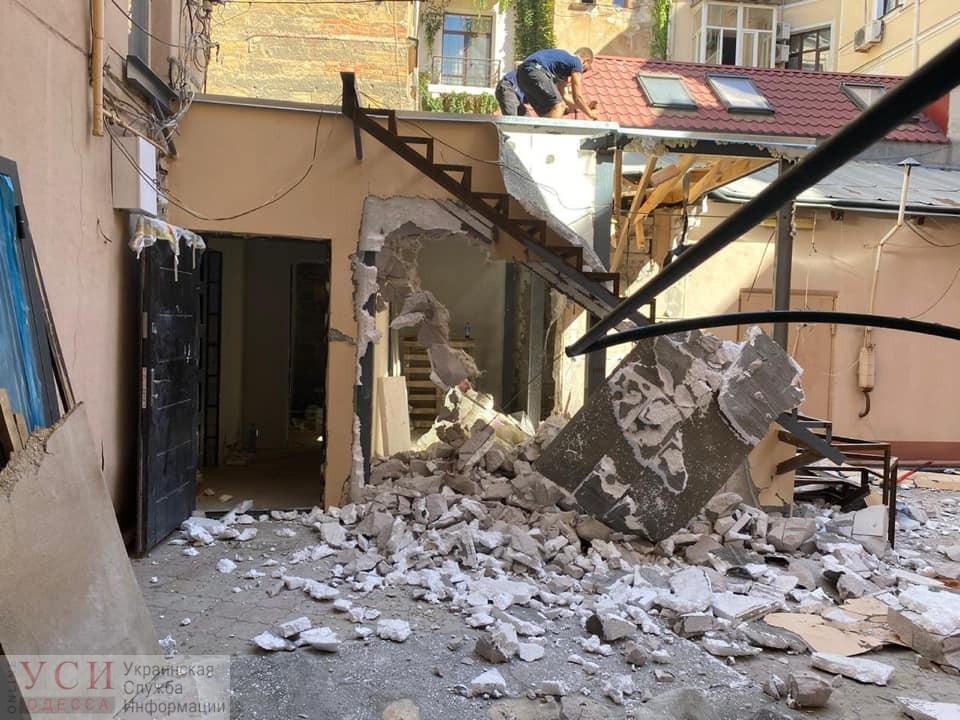 Активисты снесли пристройку к памятнику архитектуры в центре Одессы «фото»
