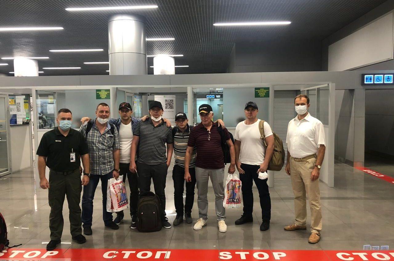 В Одессу вернулись шесть моряков, захваченных пиратами у берегов Бенина «фото»