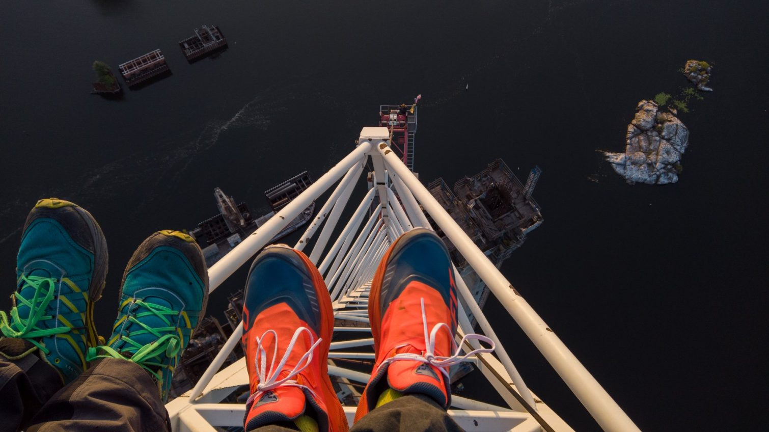 В Запорожье одесситы вылезли на 200-метровый кран посреди Днепра (фото) «фото»