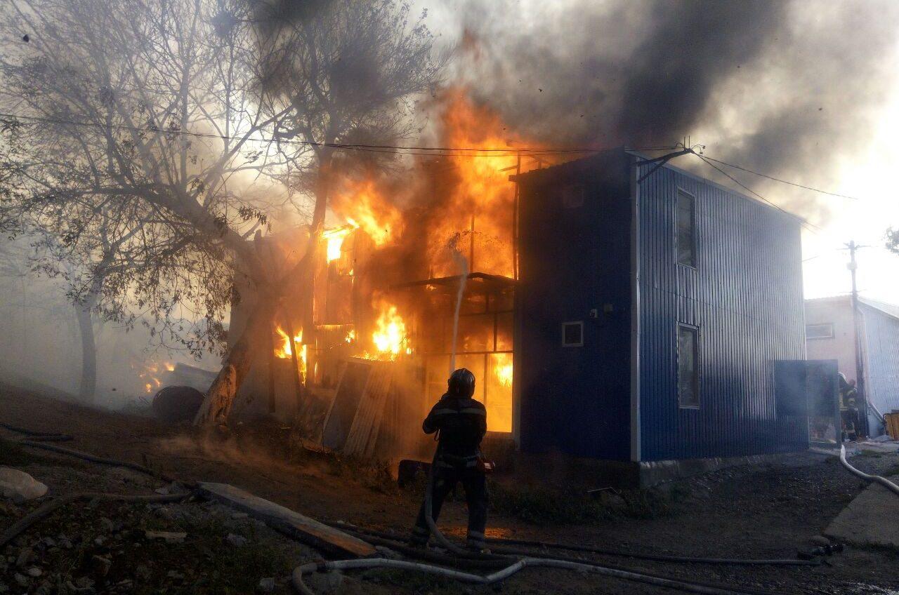 Пожар со взрывами: на 129-м причале сгорели четыре дома-рыбаков «фото»