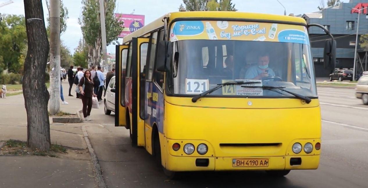 В мэрии отчитались, что на поселке Котовского ввели дополнительный транспорт, но на Таирова и Фонтане маршруток не хватает (видео) «фото»