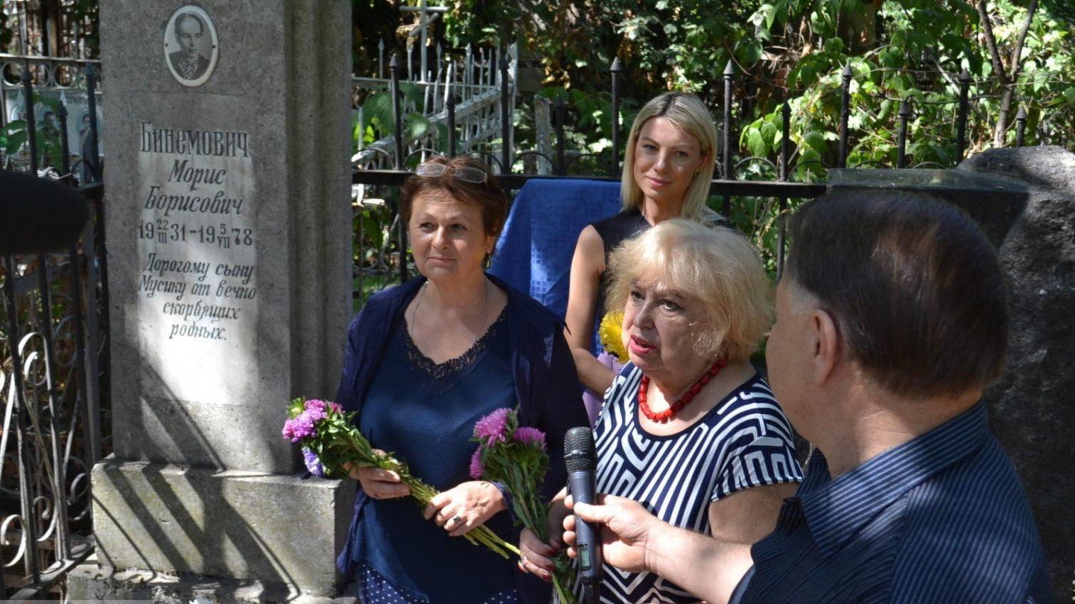 В Одессе открыли мемориальную доску автору легендарной песни «фото»