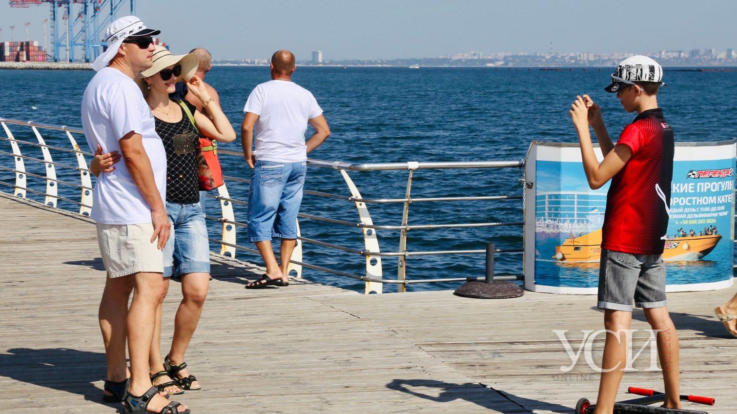 Летнее море осенью: одесситы вышли на пляж (фоторепортаж) «фото»