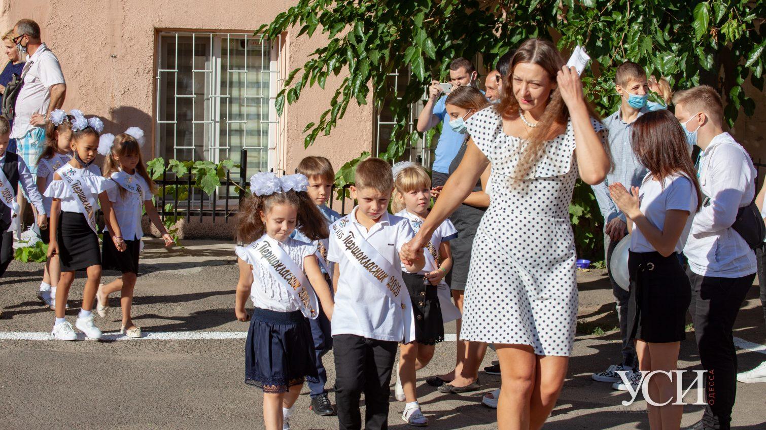 В масках и с цветами: одесские первоклассники перешагнули порог школы (фоторепортаж) «фото»