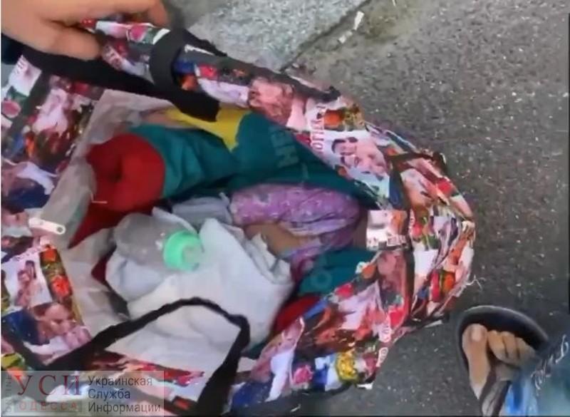 «Ничего, не сдохнет»: жительница Одесской области носила новорожденного по Киеву в застегнутой сумке (фото, видео) «фото»