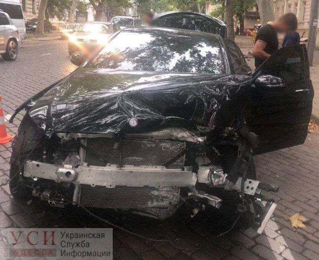 Мокрая дорога: на Пушкинской авто протаранило припаркованную машину и врезалось в дерево «фото»