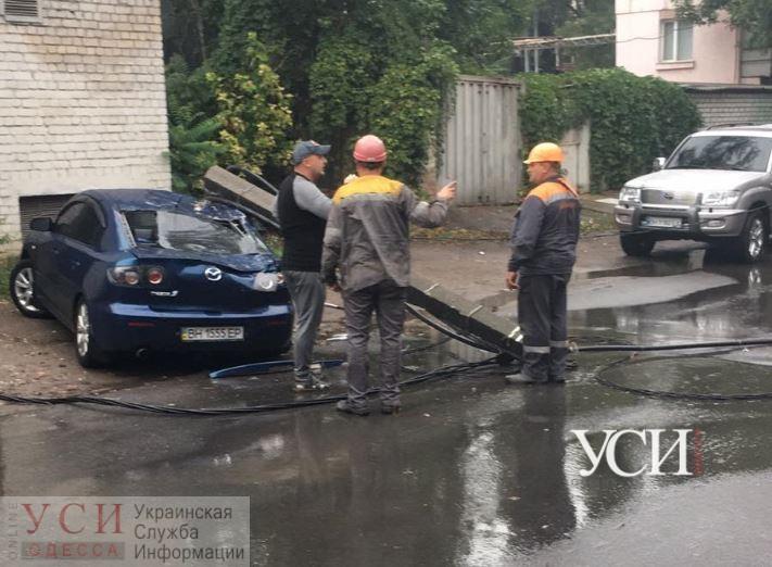 На Транспортной из-за непогоды столб рухнул на автомобиль: движение перекрыто (фото) «фото»