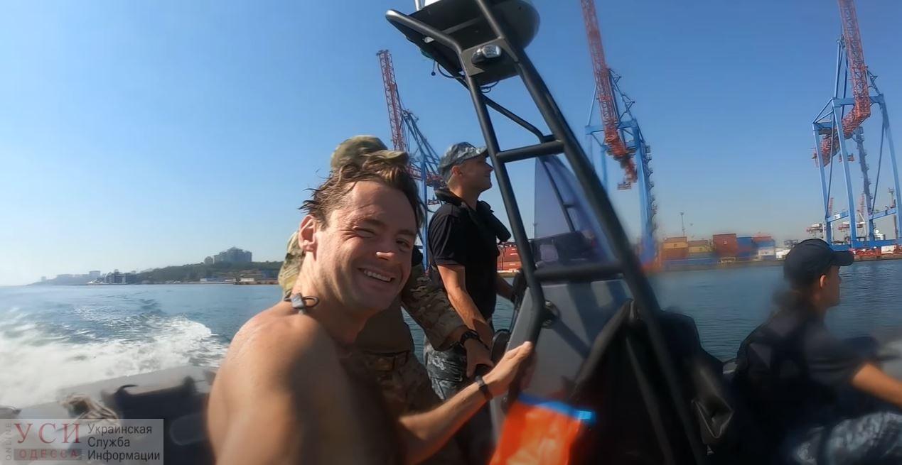 Одессит отпраздновал день рождения, переплыв залив из Крыжановки в порт (фото, видео) «фото»