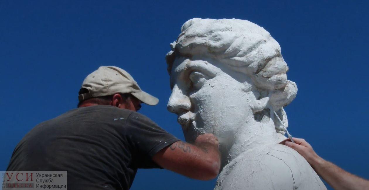 Год спустя: в Одессе «делают косметику» скульптуре «День и ночь» над входом в горсовет (фото, видео) «фото»