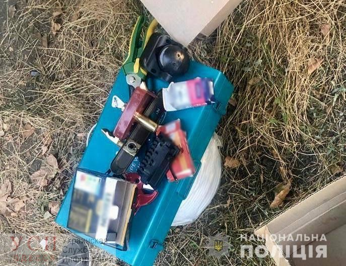 В Беляевке супружеская пара в карманах выносила стройматериалы «фото»