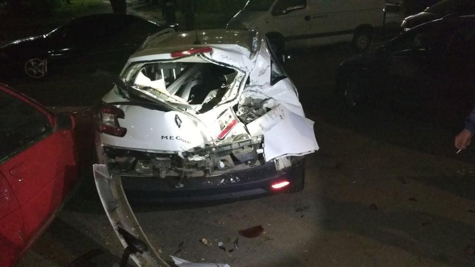 На поселке Котовского водитель повредил сразу 5 стоящих автомобилей «фото»