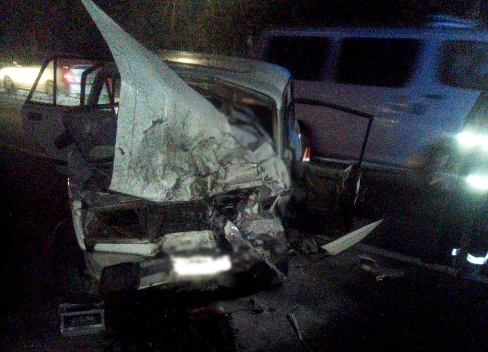 В Одесской области легковушка влетела в дерево на обочине: трое пострадавших «фото»