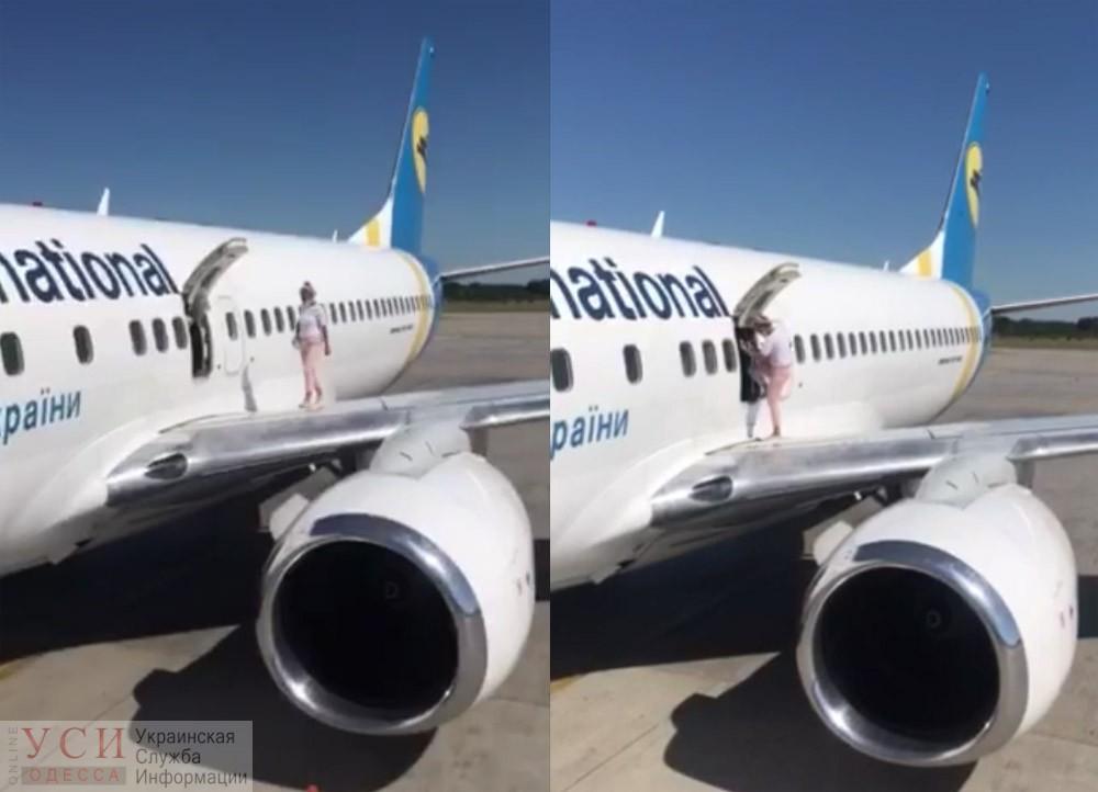 Прогулялась по крылу самолета: украинку внесли в черный список авиакомпании (видео) «фото»