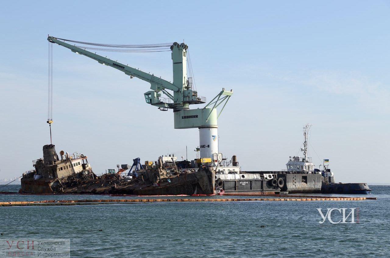Эпопея Delfi: танкер очищают от мусора и воды, но буксировать пока не начали (фото) «фото»
