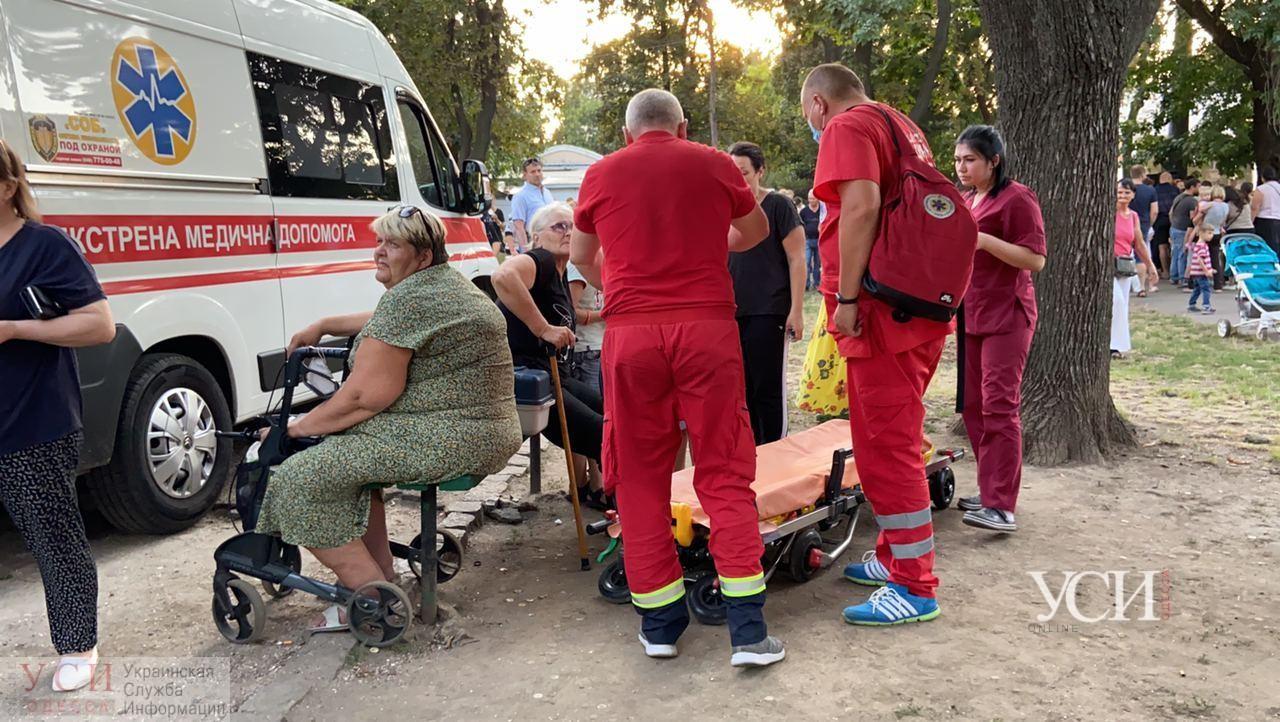 Delfi убрали, а пиар – нет: в Алексеевском сквере устроили агитационный «праздник», пожилой женщине стало плохо (фото, видео) «фото»