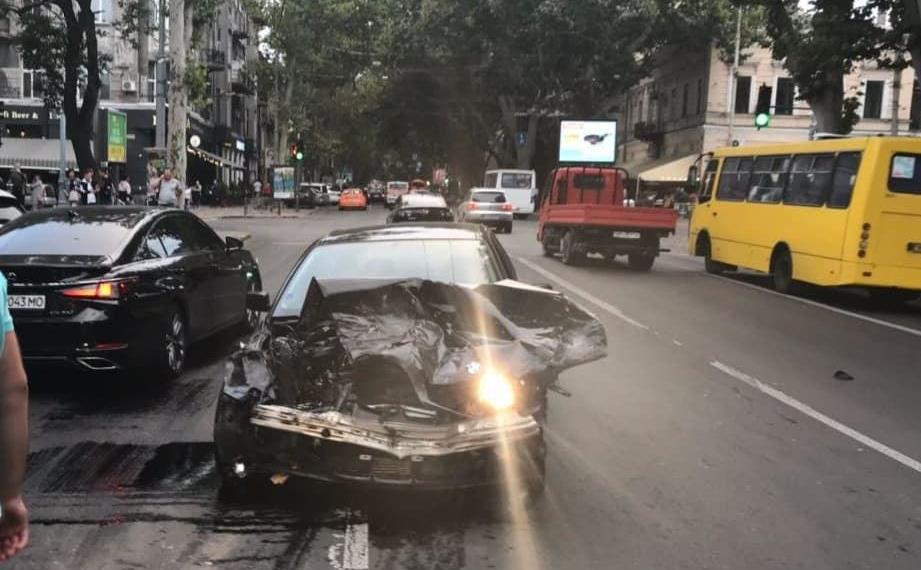 На Ришельевской 18-летний водитель на «бэхе» побил четыре машины (фото) «фото»