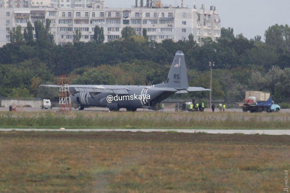 В Одессе аварийно сел самолет ВМС США «фото»