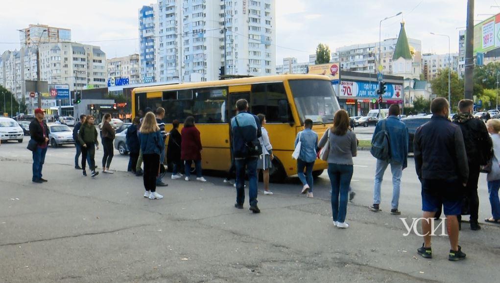 Едва не вываливаются: люди набиваются в маршрутки, чтобы уехать с поселка Котовского (фото) «фото»