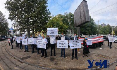 «В плену коррупции»: в Одессе моряки на акции протеста ждут президента (фото) «фото»